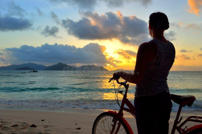 Flicka med en cykel royaltyfria foton