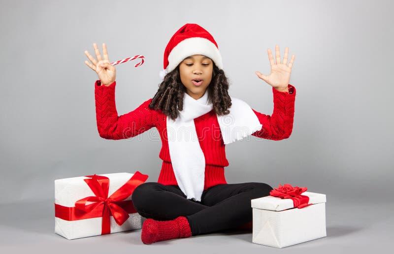 Flicka med en gåva för nytt år joyful flicka arkivfoto