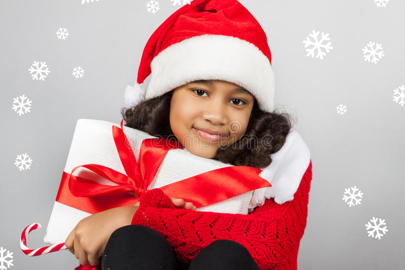 Flicka med en gåva för nytt år joyful flicka royaltyfri bild