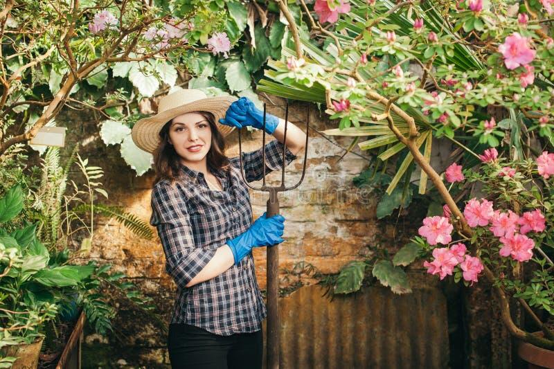 Flicka med en gaffel som arbetar på en lantgård royaltyfria foton