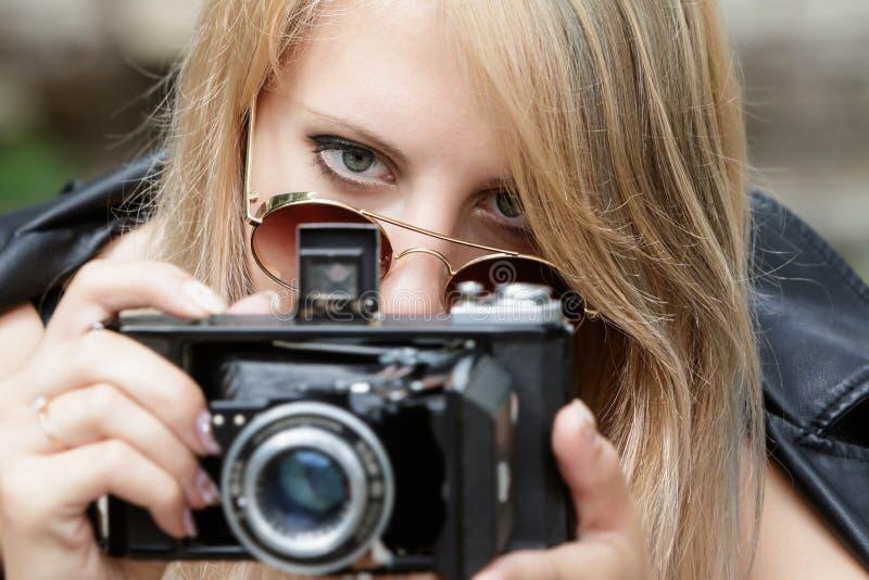 Flicka med en gammal kamera royaltyfri fotografi