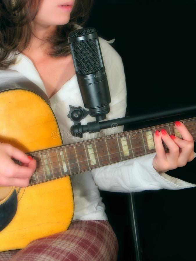 flicka med en gitarr royaltyfri bild