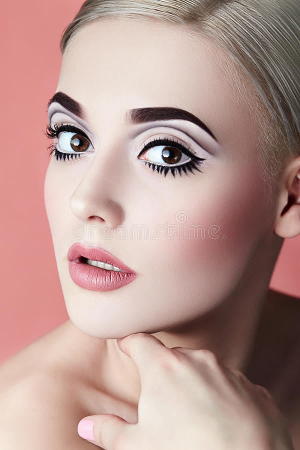 Flicka med en grafisk kvalitets- makeup royaltyfri fotografi