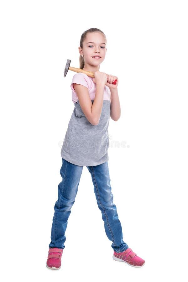 Flicka med en hammare på hennes skuldra royaltyfri fotografi