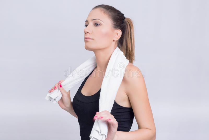 Flicka med en handduk royaltyfria bilder