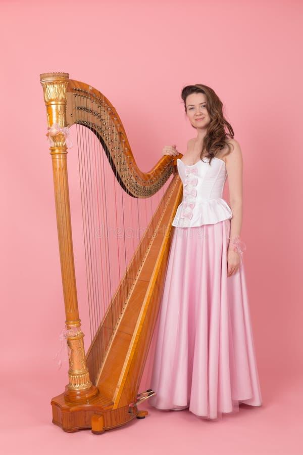 Flicka med en harpa royaltyfria bilder