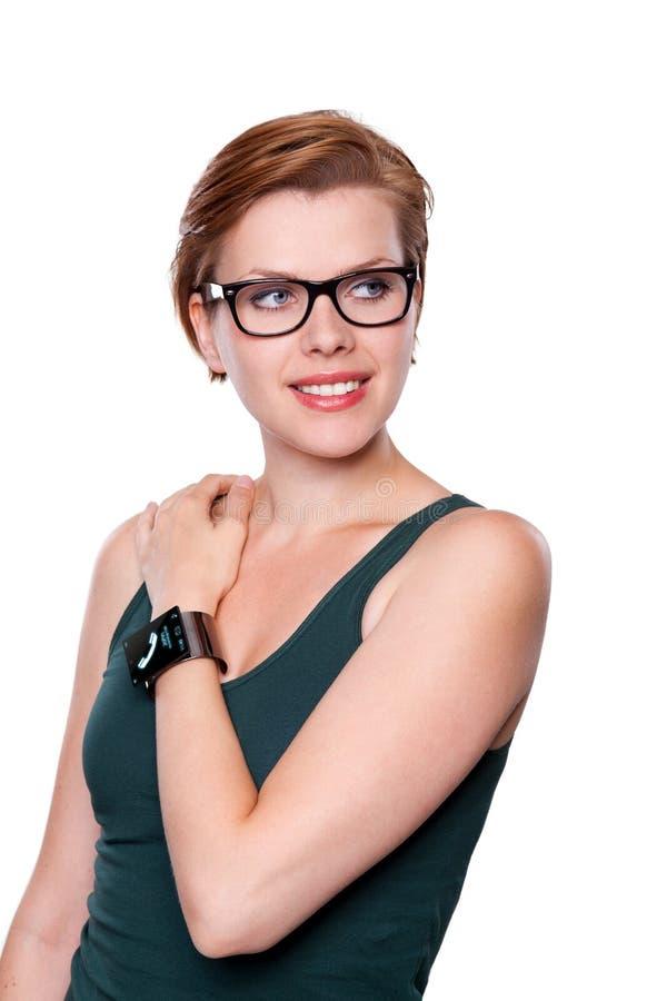 Flicka med en internetSmart klocka som isoleras på vit royaltyfri bild
