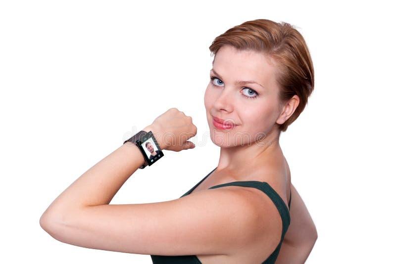Flicka med en internetSmart klocka som isoleras på vit royaltyfria bilder