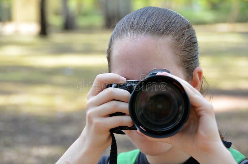 Flicka med en kamera royaltyfria bilder