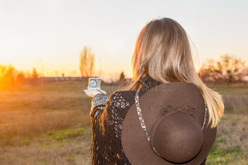 Flicka med en kompass royaltyfria bilder
