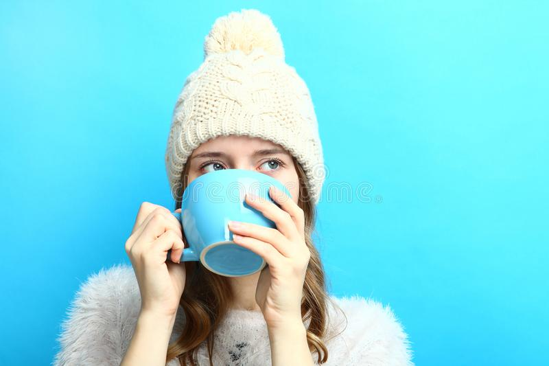 Flicka med en kopp av tea fotografering för bildbyråer