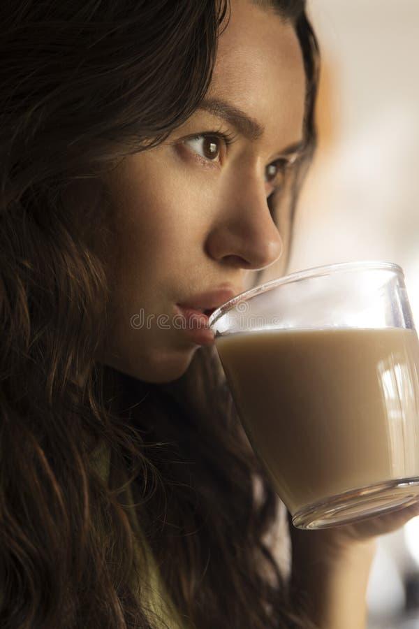 Flicka med en kopp kaffe i morgonen fotografering för bildbyråer