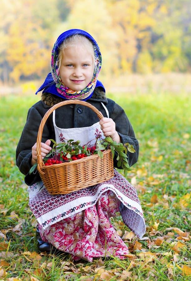 Flicka med en korg av bär, natur royaltyfri bild