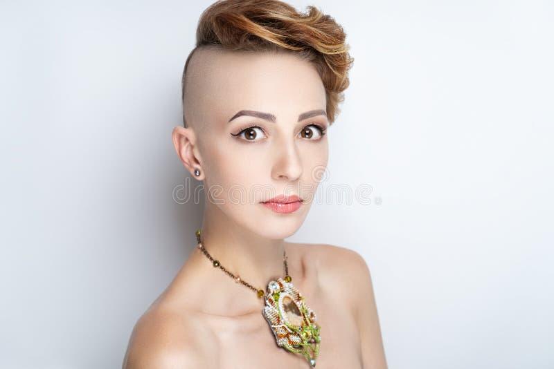 Flicka med en kort frisyr och en rakad tempel royaltyfri bild