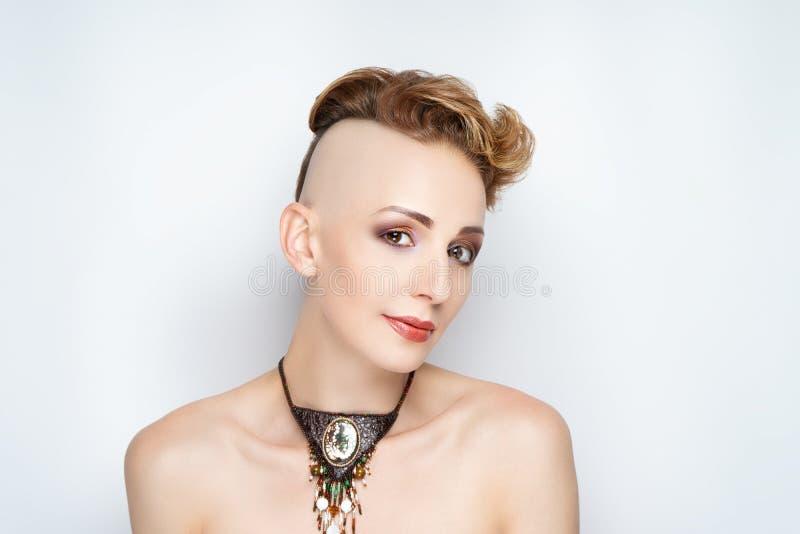 Flicka med en kort frisyr och en rakad tempel fotografering för bildbyråer