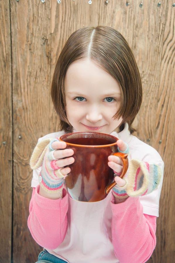Flicka med en kupa royaltyfri foto