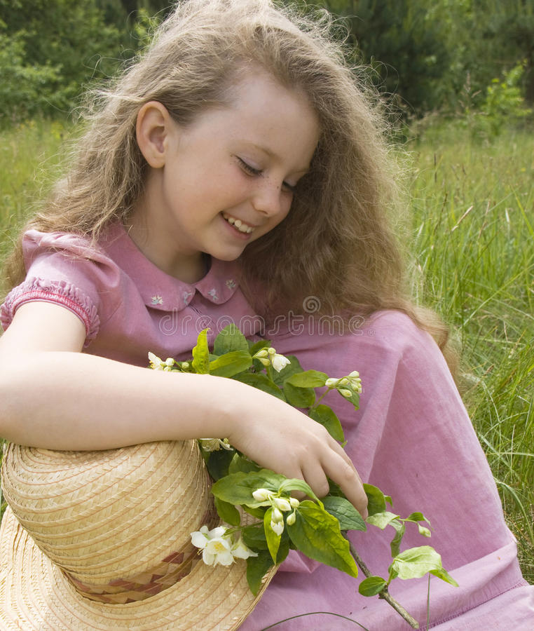 Flicka med en kvist av jasmin arkivbilder