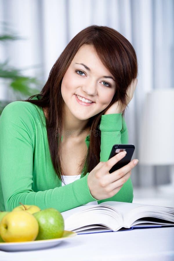 Flicka med en mobiltelefon arkivbilder