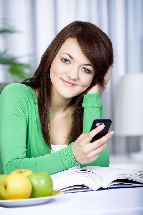 Flicka med en mobiltelefon arkivbild