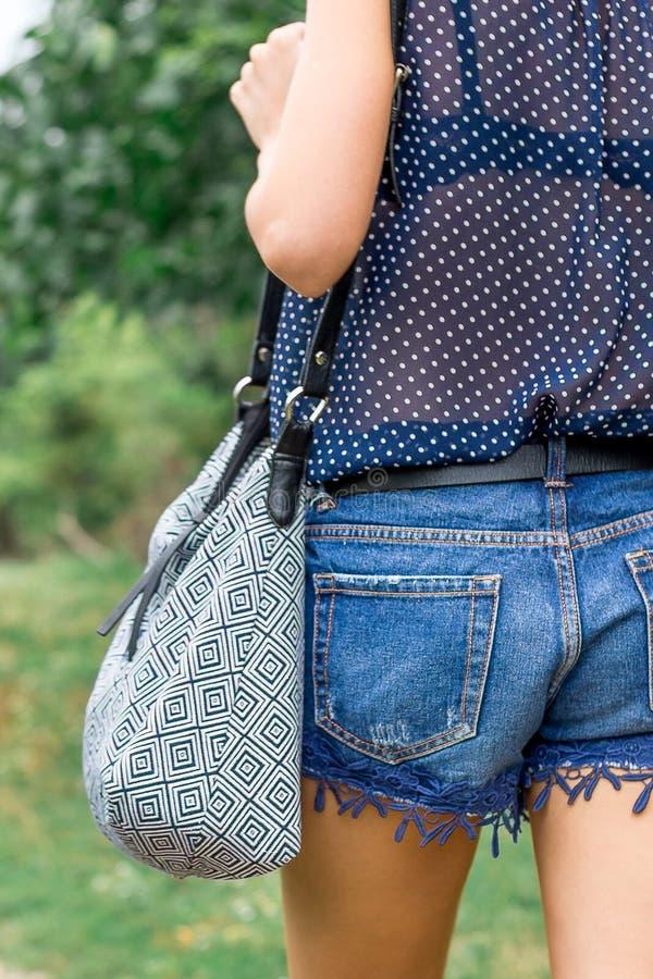 Flicka med en modepåse under resan Sunda Lifestyle_ fotografering för bildbyråer