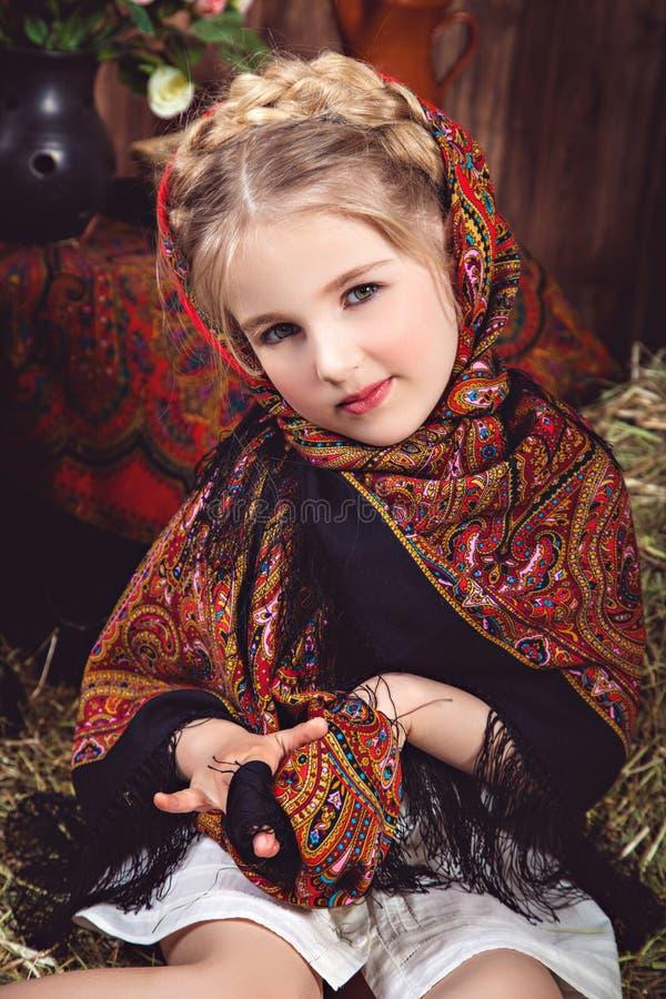 Flicka med en råttsvans i mångfärgad sjalett royaltyfria foton