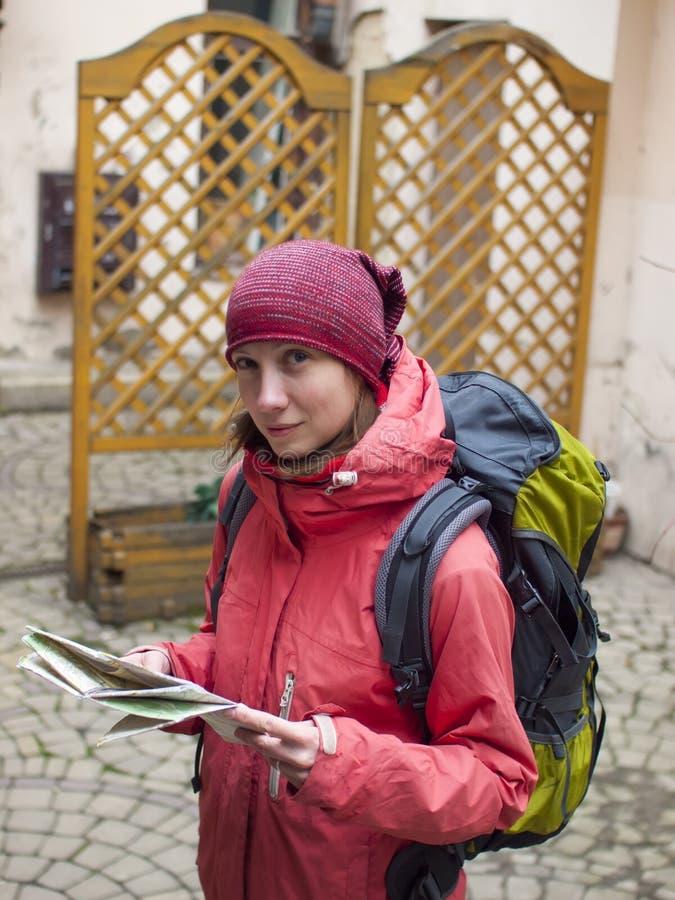 Flicka med en ryggsäck och en översikt arkivbild