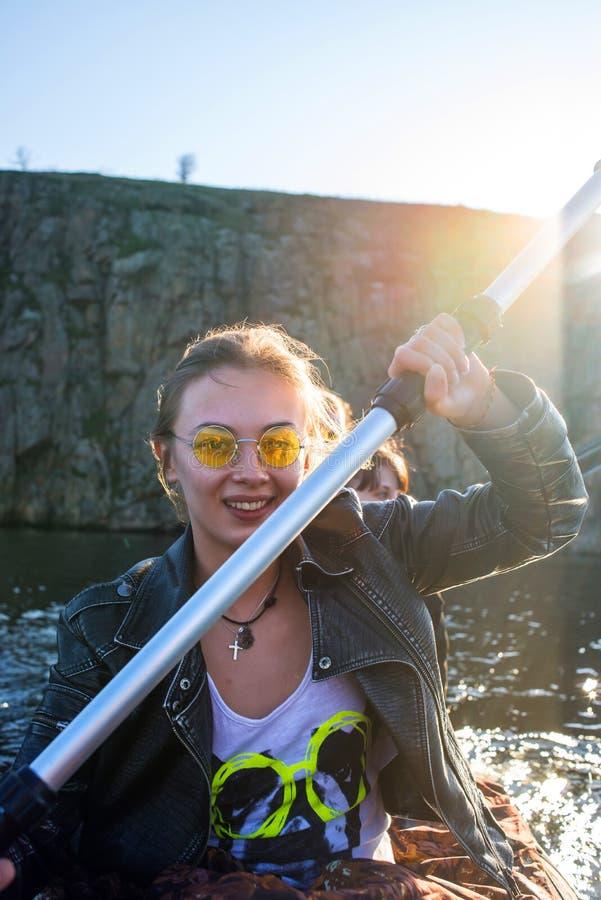 Flicka med en skovel arkivfoto