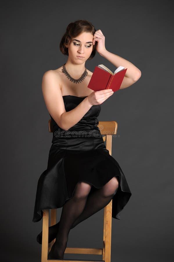 Flicka med en volym av poesi royaltyfria foton