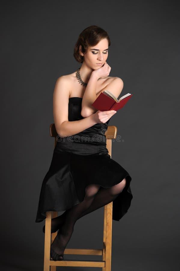 Flicka med en volym av poesi royaltyfri foto
