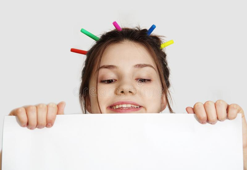 Flicka med ett ark för din text arkivbilder
