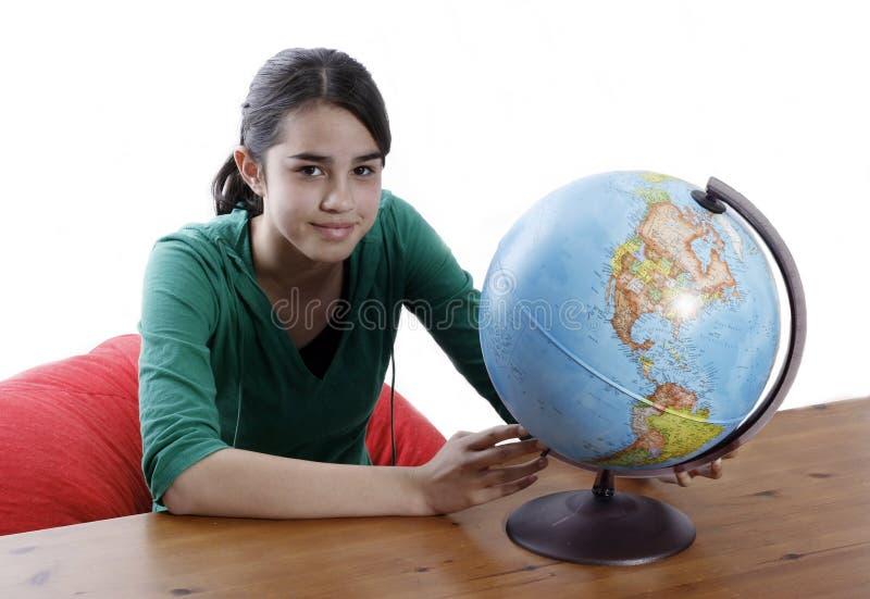 Flicka med ett jordklot royaltyfri foto