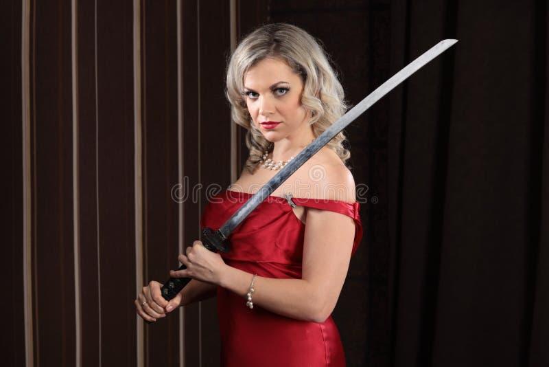 Flicka med ett svärd arkivfoto