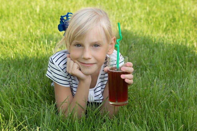 Flicka med exponeringsglas av fruktsaft royaltyfri foto