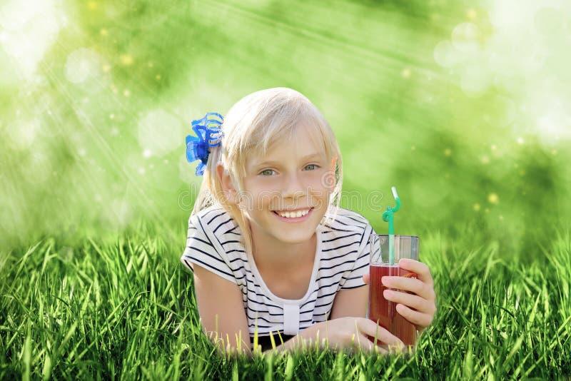 Flicka med exponeringsglas av fruktsaft royaltyfria foton