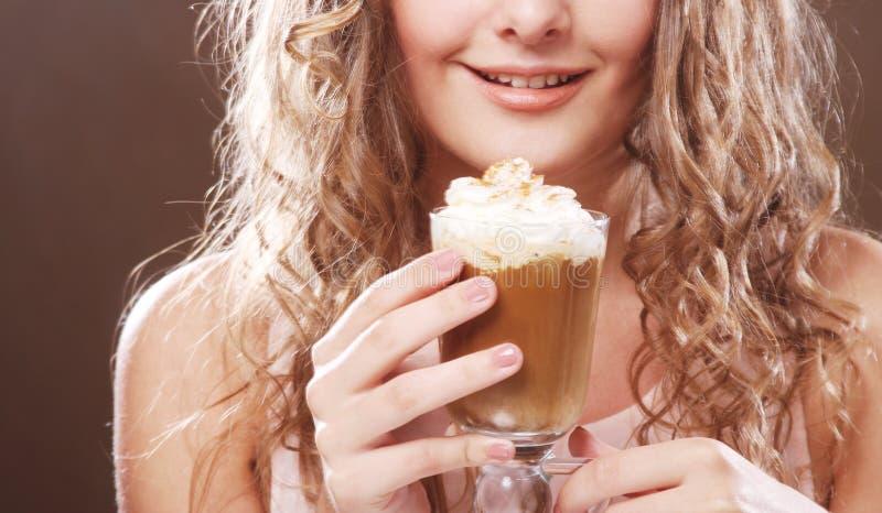 Download Flicka Med Exponeringsglas Av Kaffewitnkräm Arkivfoto - Bild av cappuccino, espresso: 37348002
