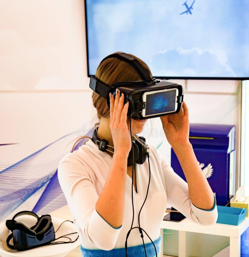 Flicka med exponeringsglas av virtuell verklighet royaltyfri foto