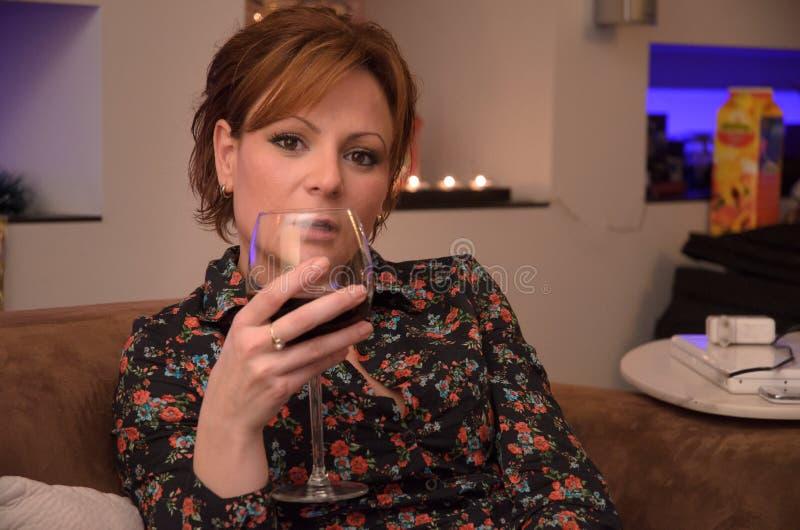 Flicka med exponeringsglas av wine arkivfoton