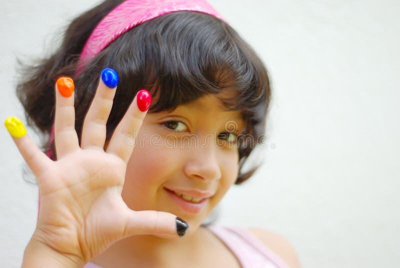 Flicka med färg på henne fingrar arkivbilder