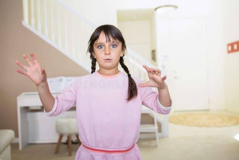 Flicka med förvirrat ansiktsuttryck arkivbilder