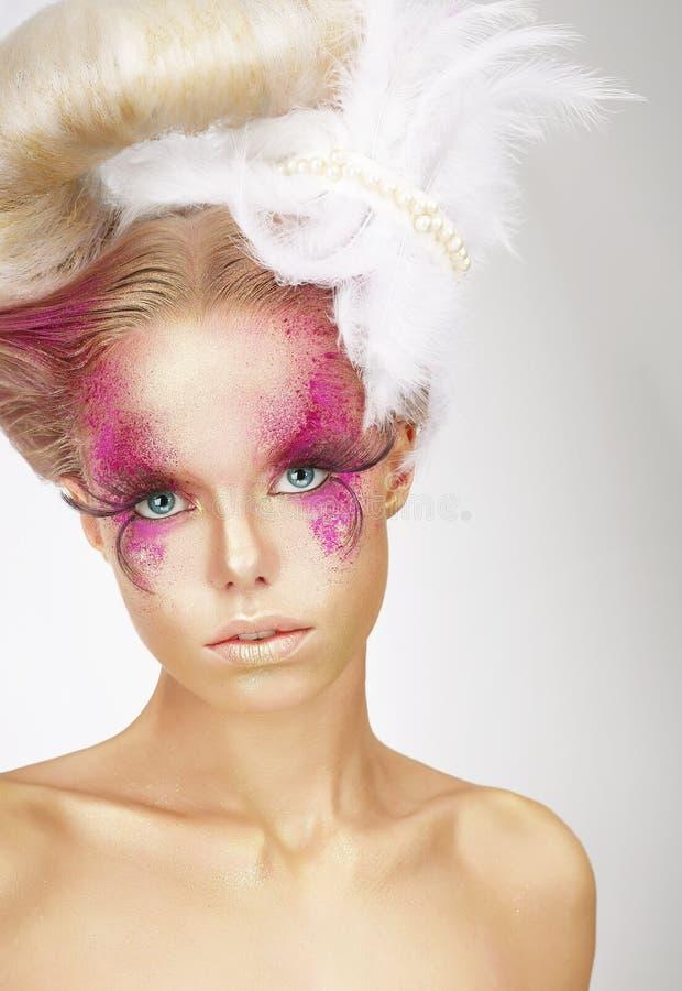 Flicka med Fuzzy Feathers och fantastiska Art Makeup royaltyfria bilder