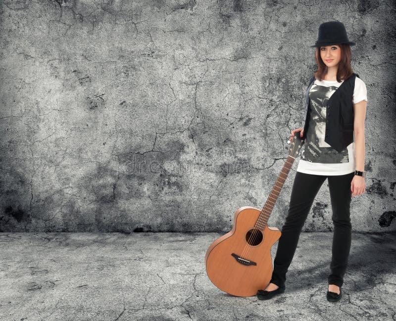Flicka med gitarren royaltyfri fotografi