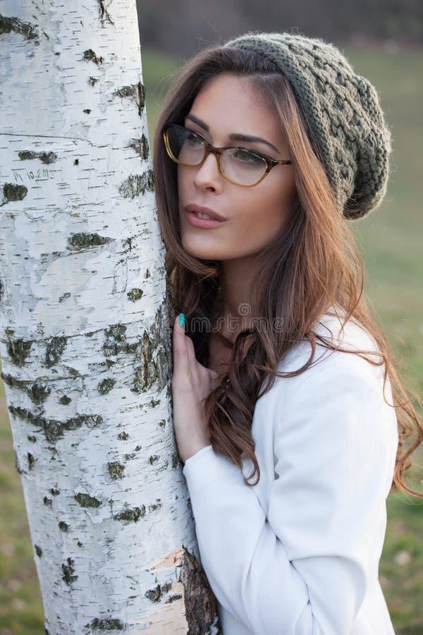 Flicka med glasögon och woolllocket royaltyfri bild