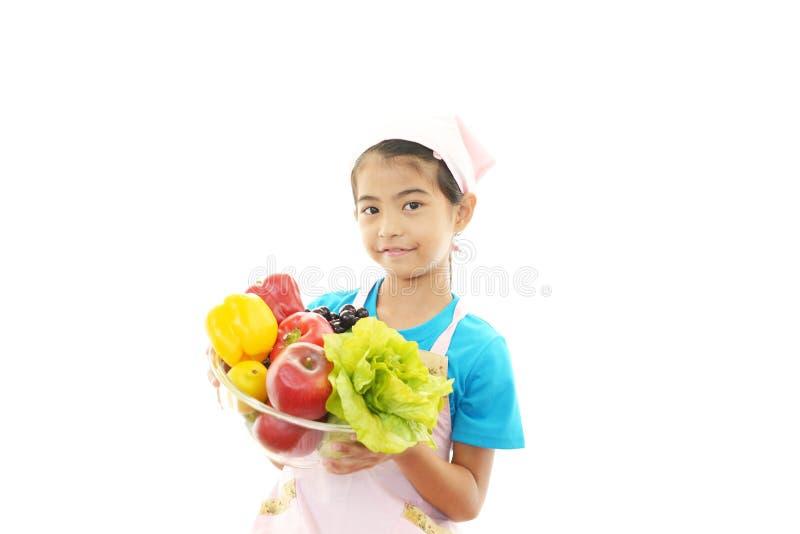 Flicka med grönsaker arkivfoton