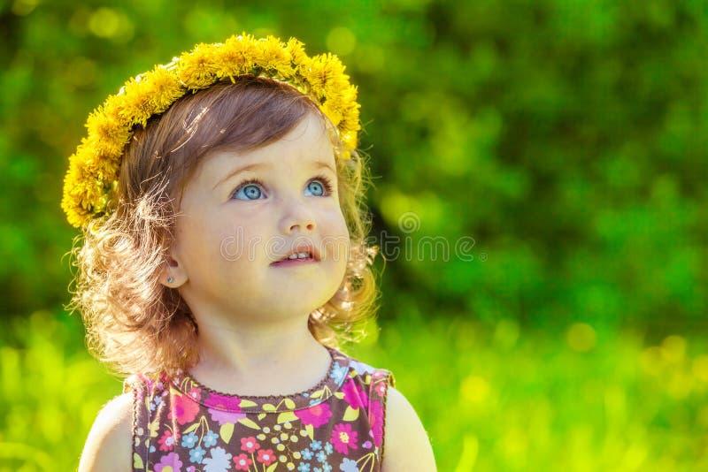Flicka med gul headwreath på royaltyfria foton