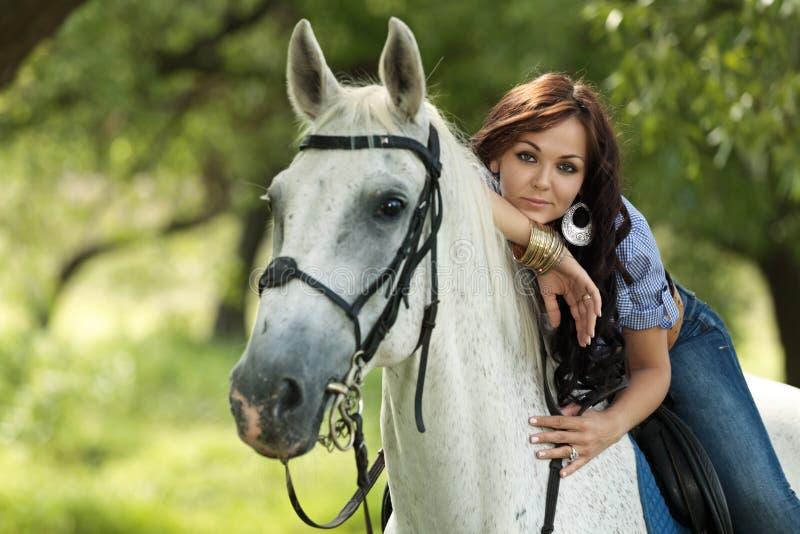Flicka med hästen royaltyfri fotografi