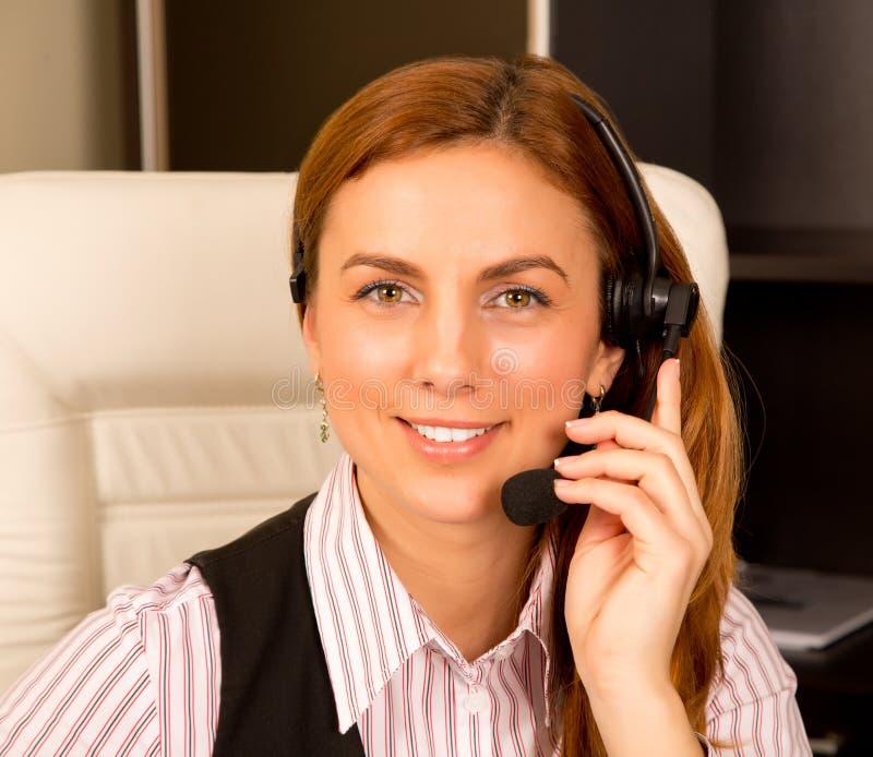 Flicka med hörlurar med mikrofon royaltyfri fotografi