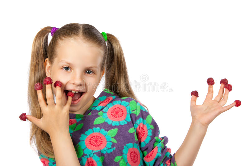 Flicka med hallon på fingrar royaltyfri fotografi