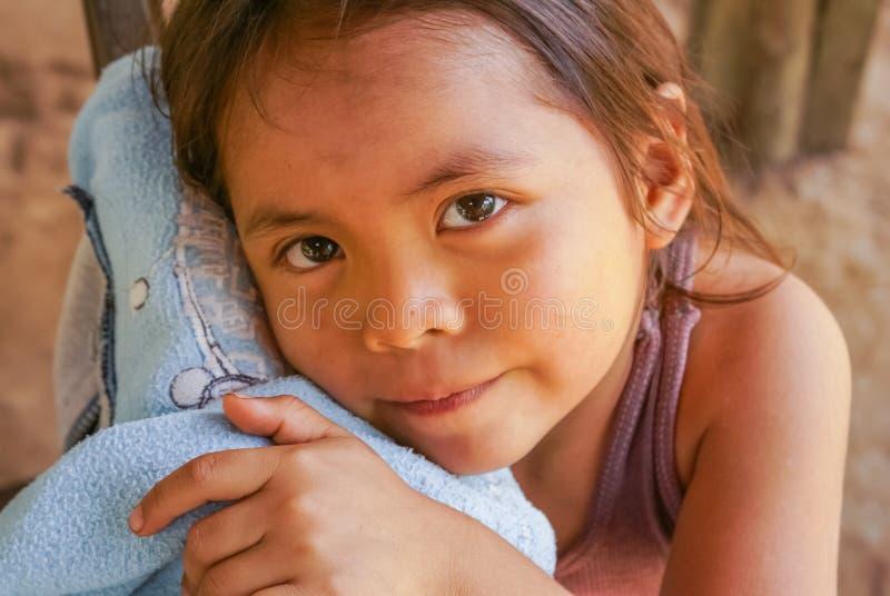 Flicka med handen på skjortan i Bolivia arkivbild