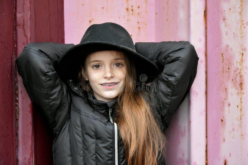Flicka med hatten för man` s royaltyfri bild