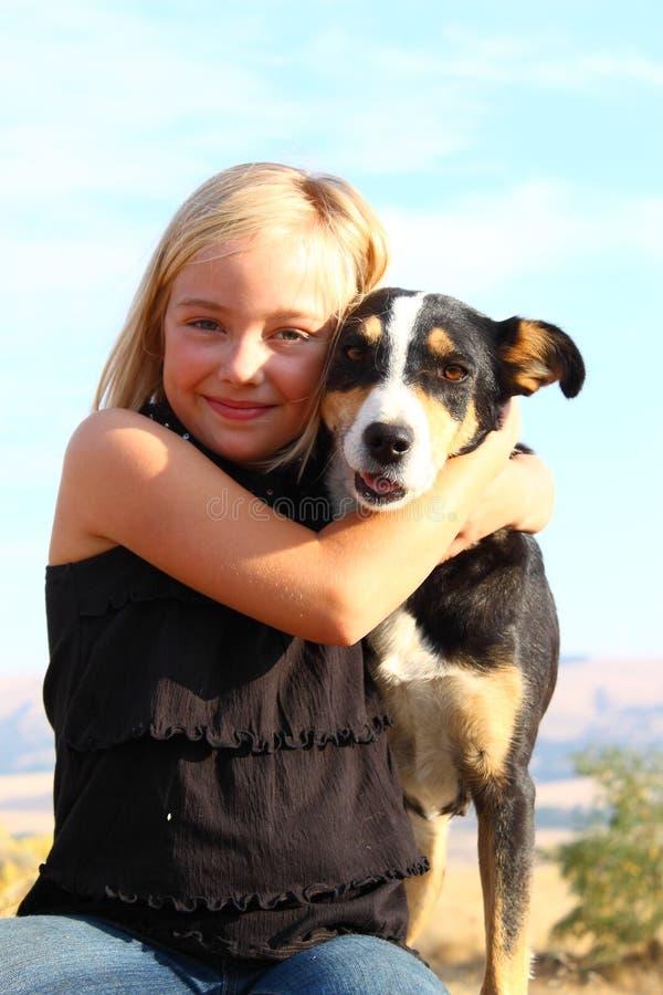 Flicka med henne hund arkivbilder